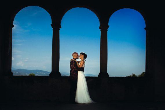 sposi colonne bacio
