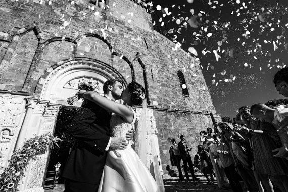 sposi chiesa bacio bianco nero