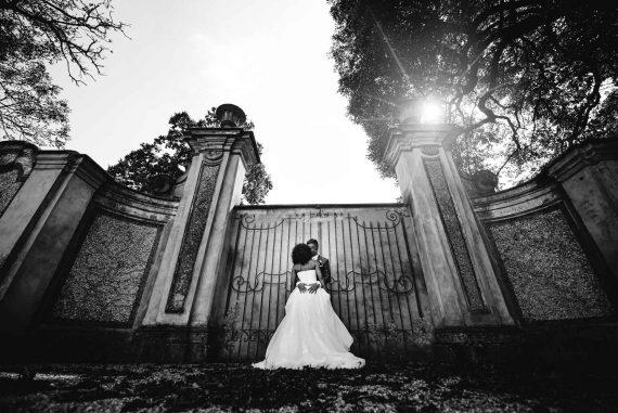sposi bacio cancello bianco nero