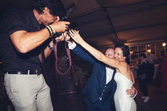 fotografo uomo sposi ricevimento posa backstage