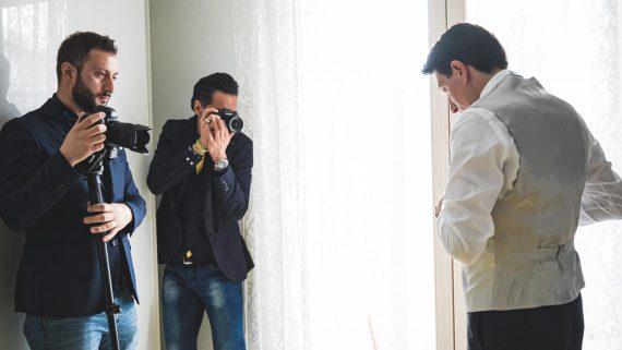 fotografo uomo sposo backstage