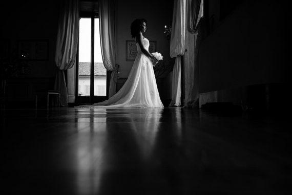 sposa casa finestra bianco nero