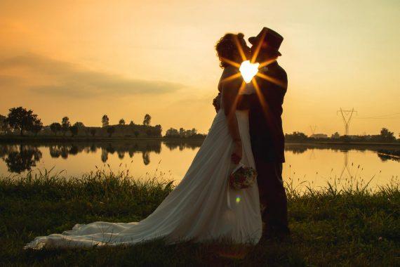 sposi bacio lago tramonto