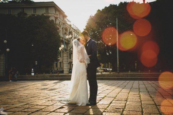 sposi bacio strada