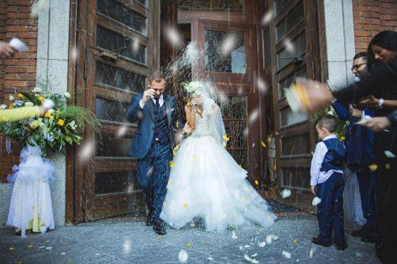 sposi chiesa riso bambino