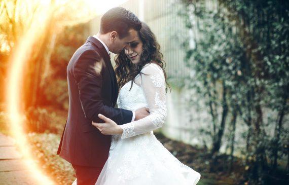 sposi abbraccio strada ballo