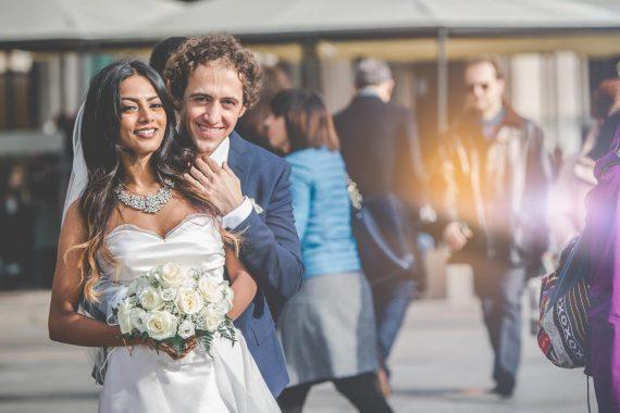 sposi abbraccio strada passanti bouquet