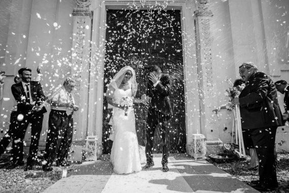 sposi chiesa riso sagrato bianco nero