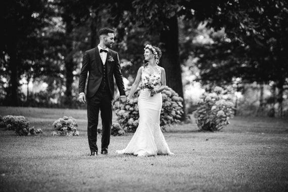sposi prato mano bouquet bianco nero