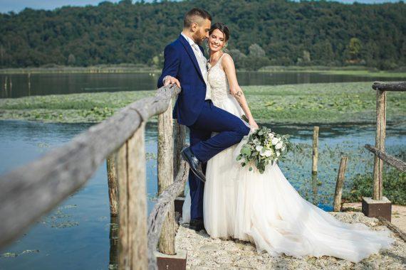 sposi abbraccio molo lago bouquet