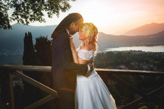 sposi abbraccio panorama lago