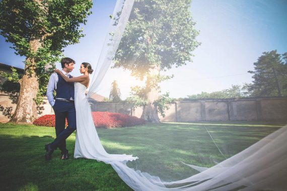 sposi abbraccio giardino fiori