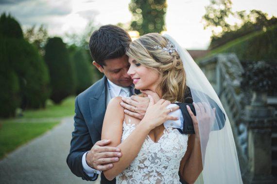 sposi abbraccio sorriso viale