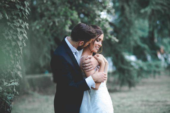 sposi abbraccio prato