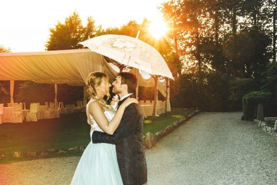 sposi bacio ricevimento ombrello