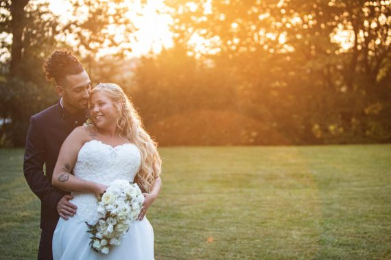sposi abbraccio prato bouquet