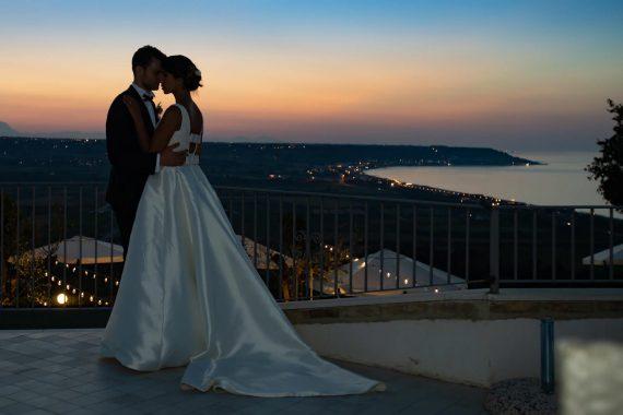 sposi bacio terrazza lago tramonto