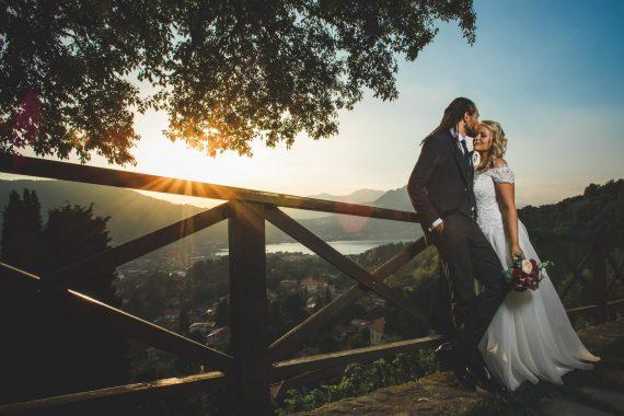 sposi bacio bouquet strada panorama tramonto