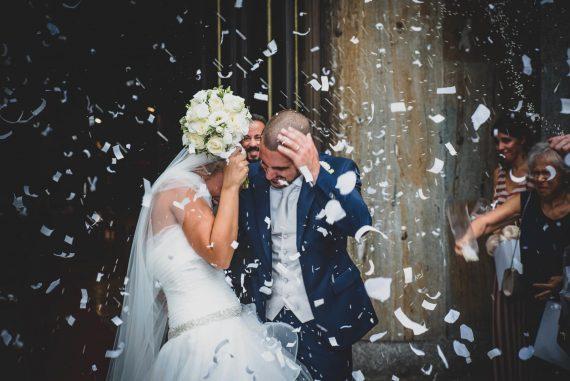 sposi riso chiesa amici bouquet