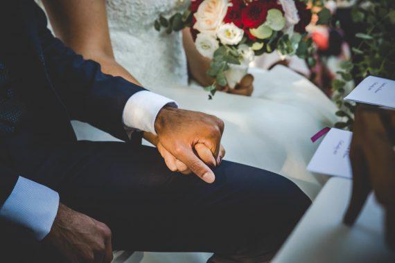 sposi mani chiesa bouquet