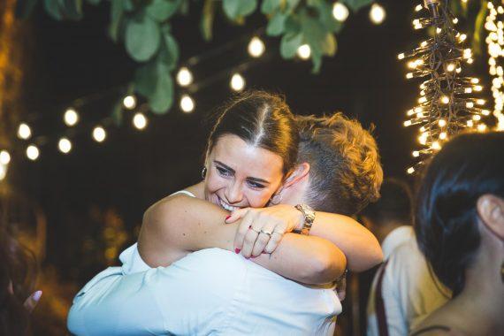 sposi abbraccio ricevimento luci festa