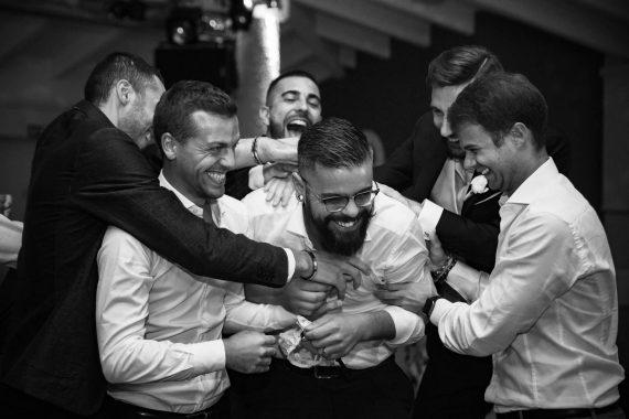 matrimonio sposo amici invitati festa bianco nero