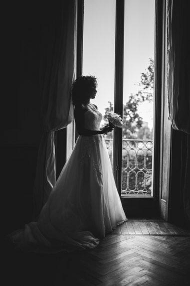 sposa abito finestra bouquet bianco nero