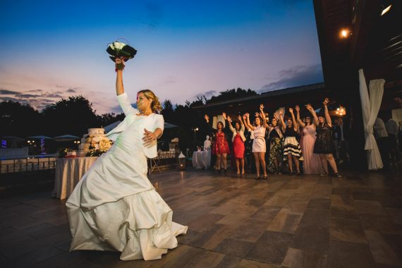 sposa lancio bouquet ricevimento amiche