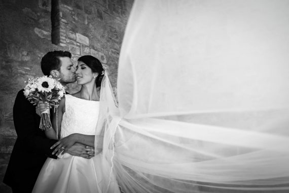 sposi bacio bouquet velo bianco nero