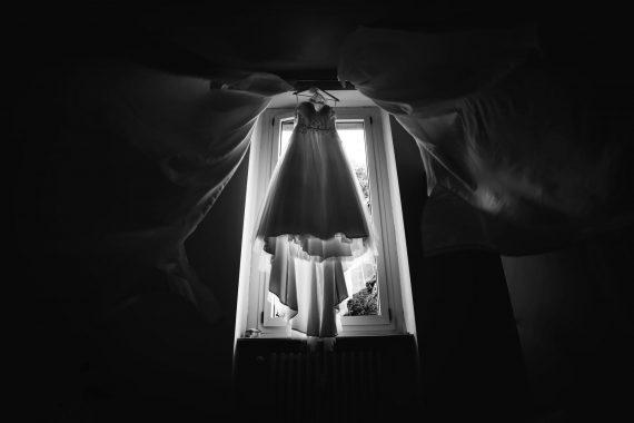 sposa abito finestra bianco nero