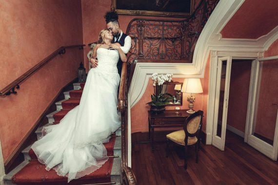 sposi bacio scale villa