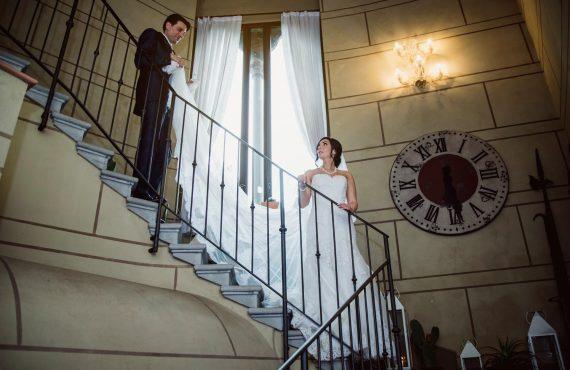 sposi velo scale villa orologio