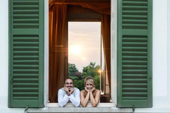 sposi finestra sorrisi luce villa