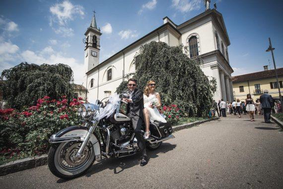 sposi motocicletta chiesa invitati