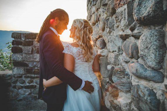 sposi abbraccio sorrisi muro