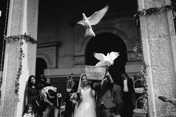 sposi chiesa colombe invitati bianco nero