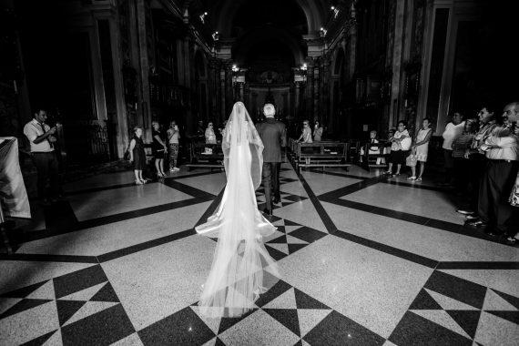 sposa padre entrata chiesa velo invitati bianco nero