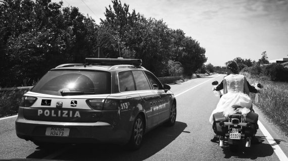 sposi motocicletta polizia strada bianco nero