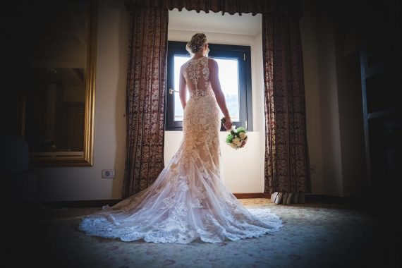 sposa bouquet finestra abito