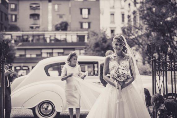 sposa genitori auto velo bouquet bianco nero