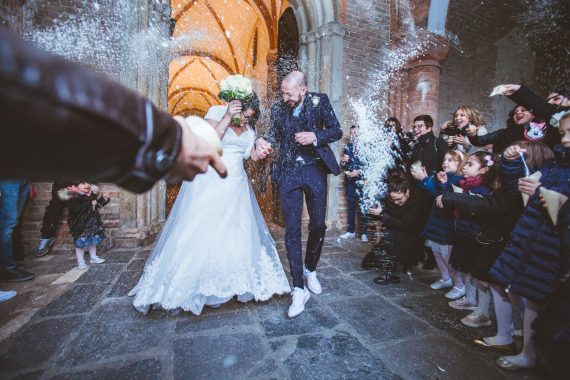 sposi riso chiesa invitati bambini