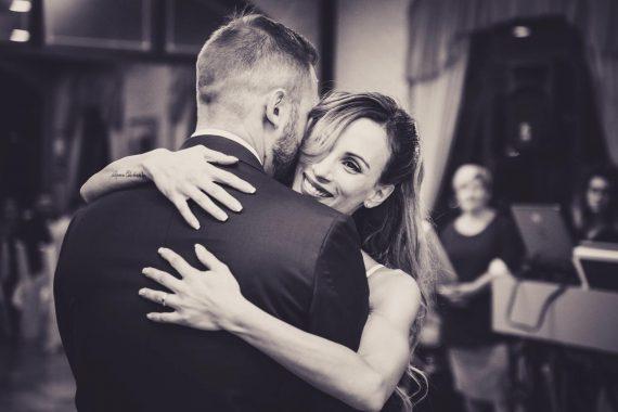 sposi abbraccio ballo ricevimento bianco nero