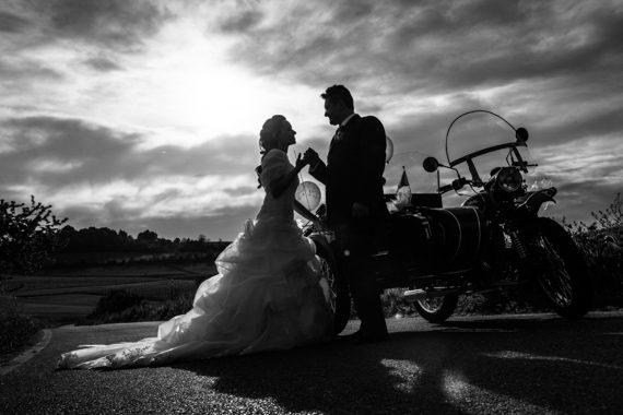 sposi motocicletta strada nuvole bianco nero