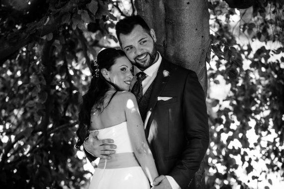 sposi abbraccio albero bianco nero