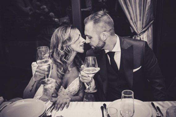 sposi bacio brindisi tavolo ricevimento bianco nero