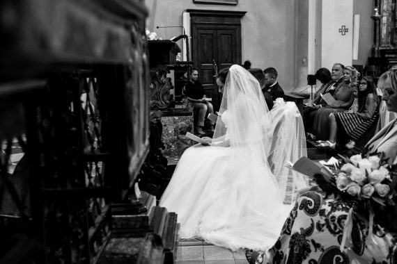 sposi matrimonio chiesa altare bianco nero