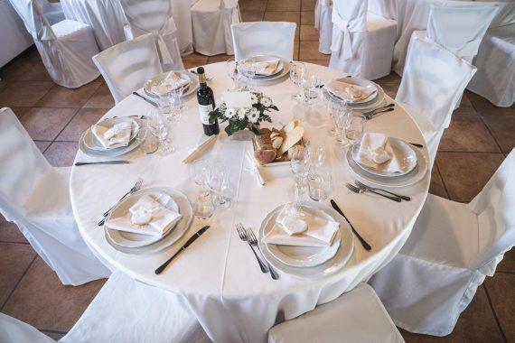 matrimonio tavolo ricevimento vino pane piatti