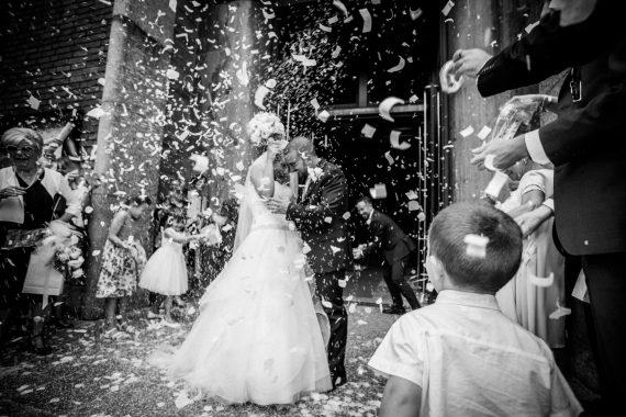 sposi chiesa coriandoli bambini bianco nero