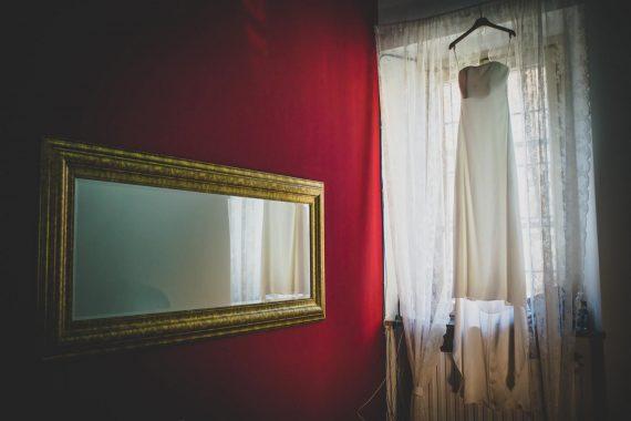 sposa abito specchio finestra