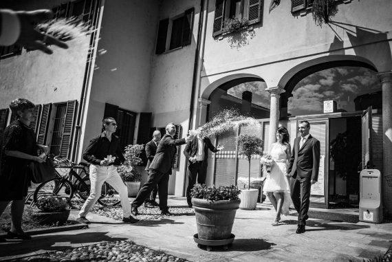 matrimoni invitati riso sposi bianco nero